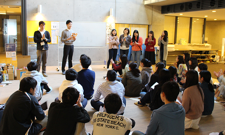 A senior student explains dorm rules to new residents (Ginkgo House)