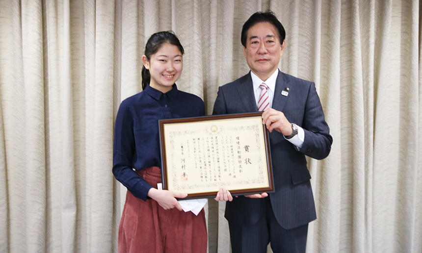 Ms. Yuki Tamaki who attended the award ceremony and Mayor Takashi Kawamura