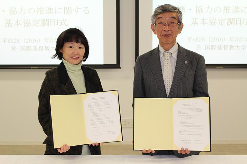 調印した協定書を披露する両学長(左:ICU 日比谷学長、右:NAIST 小笠原学長)