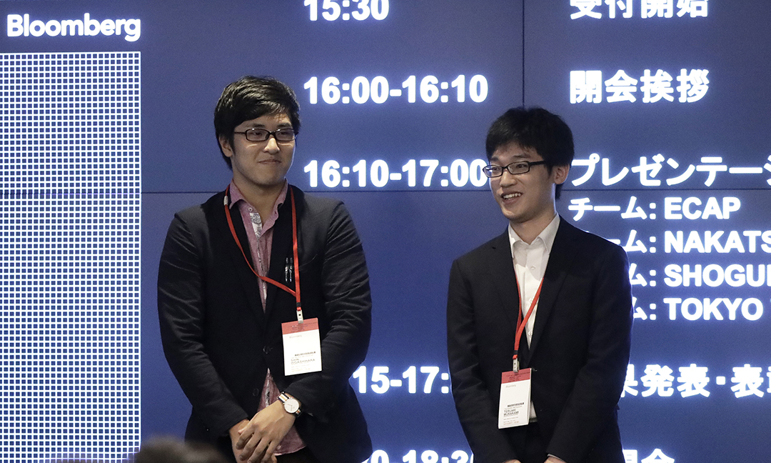 表彰式に参加した東原進(写真:左)さんと村上晃朗さん(写真提供:ブルームバーグL.P.)